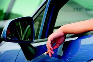 公安部辟谣新规8个传言 开车抽烟不记分