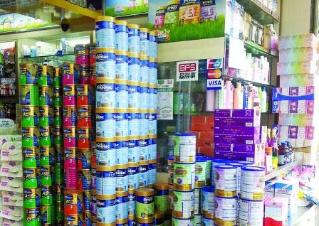 """香港婴幼奶粉滞销 销售商呼吁撤""""限奶令"""""""