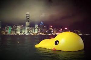 官方称内地游客在香港扔烟蒂燃爆大黄鸭属谣言