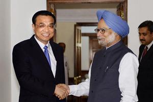 李克强幽默问印度记者:与辛格握手照能否上头条?