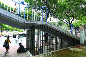 广州防流浪汉天桥下过夜 水泥锥过后是铁笼
