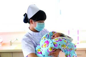 八新闻:当天出生男婴被弃深圳公厕垃圾篓