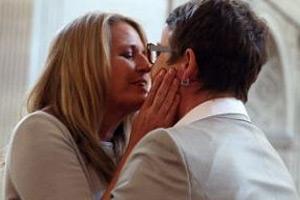 美加州同性婚姻禁令解除 一对同性伴侣结婚