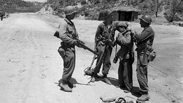 走散后被美军俘虏的志愿军小战士