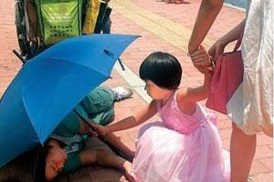 小女孩为清洁工打伞系造假 爆料人为炒作广告