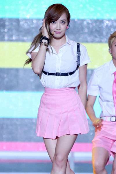 色吧小�9�)��,yf�x�_【f(x)学院风制服造型1】宋茜 纯白的衬衫搭配粉红色的a字裙甜美青春