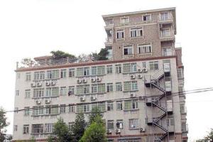 佛山六层大楼天台建了一栋三层高别墅