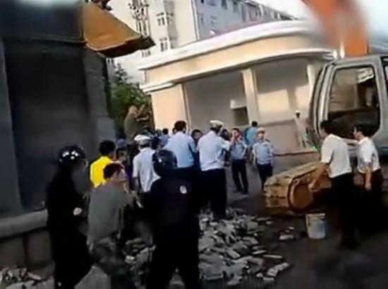 网曝青岛城管强拆军区大院 城管警卫大打出手
