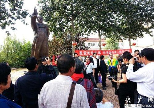 纪念毛主席诞辰120周年铜像铸成(易思旭摄 央广网发)