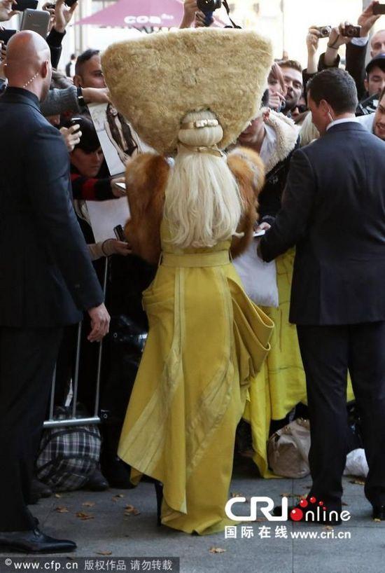 Lady Gaga又出逆天造型 变身手提包怪兽浑身