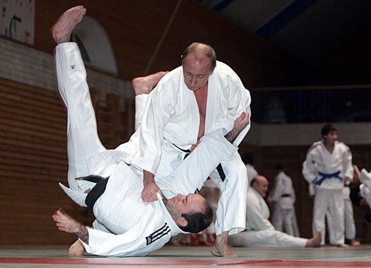 世界跆拳道联盟主席赵正源向普京颁发了证书和荣誉