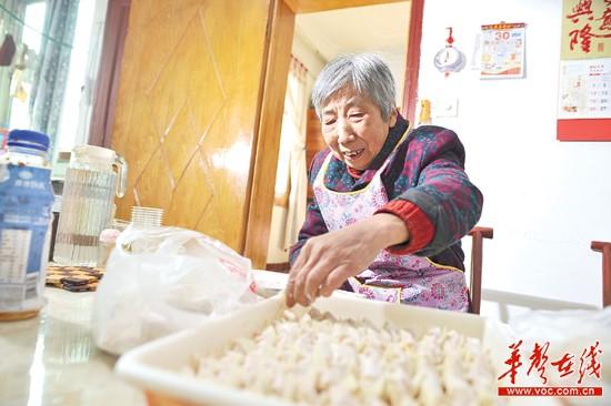 长沙84岁老太太摆摊20年 不为赚钱只为找人聊天