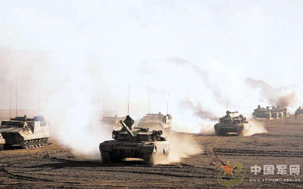 新疆军区万人千车在高原寒区举行实兵演习(图)