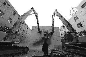 北京东南三环4栋非法公寓开始拆除