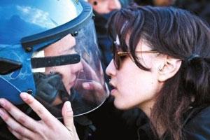意大利女生抗议时亲吻警察面罩 被诉性骚扰