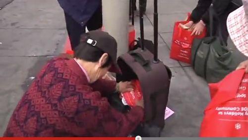 美国旧金山华人领取免费食物再倒卖被拍(图)