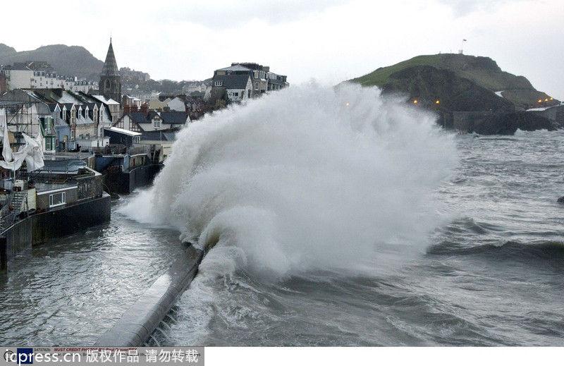强风暴袭击英国 冲天巨浪直扑沿海民楼(组图)