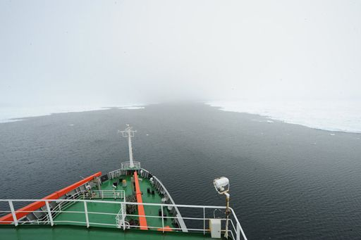 """""""雪龙""""号脱困历经13小时 继续南极科考征程"""