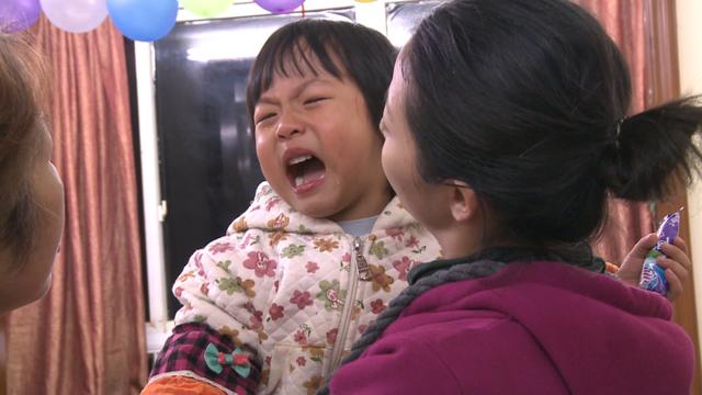 《超级育儿师》孤独女孩爱咬人 暴躁妈妈受争议