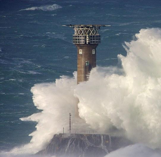 大风吹袭英国 海边掀起滔天巨浪