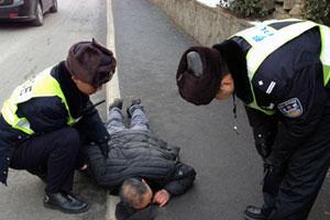 """老人路边晕倒被巡警扶起 醒来立马问""""你咋撞我"""""""