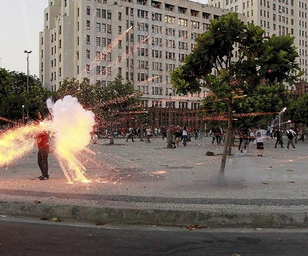 巴西公交涨价引发抗议示威 一摄影记者被炸身亡