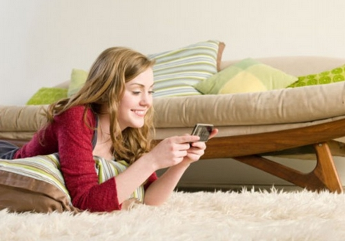 玩手机引发眼花脖痛 当心低头族让您多病缠身
