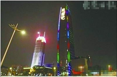 """男子68层大厦巨屏打标语求婚 网友叹""""高大上"""""""