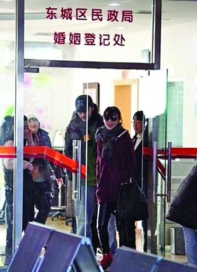 张静初否认奉子成婚 发声明称要追究图片来源(图)