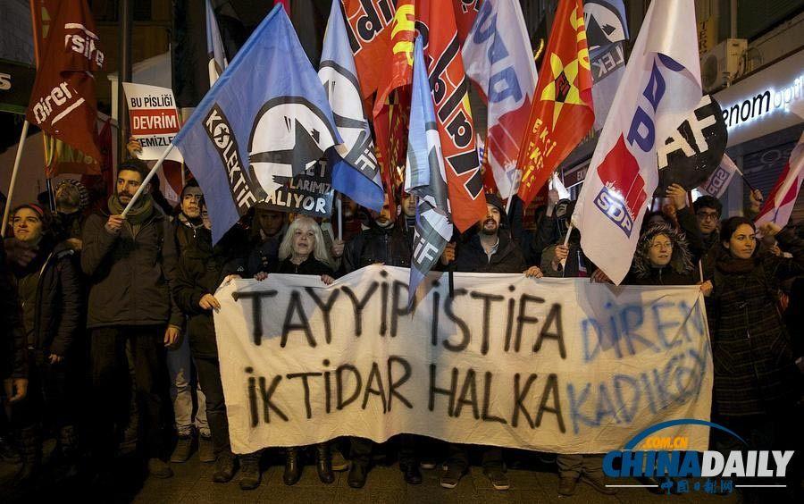 土耳其民众抗议游行要求政府下台 与警方发生冲突