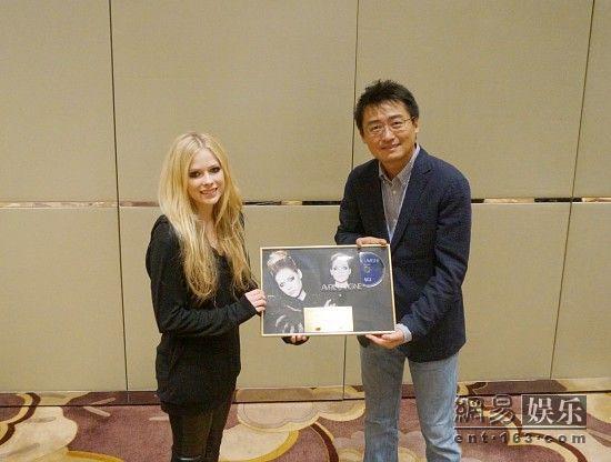 艾薇儿发新碟中国巡演限量版 获颁金唱片认证