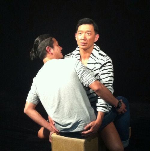 """曝《3D豪情》海报拍摄花絮 杜汶泽与男人""""试位"""""""