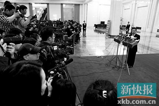 记者呼喊追问周生贤家中是否用空气净化器 周笑而不答