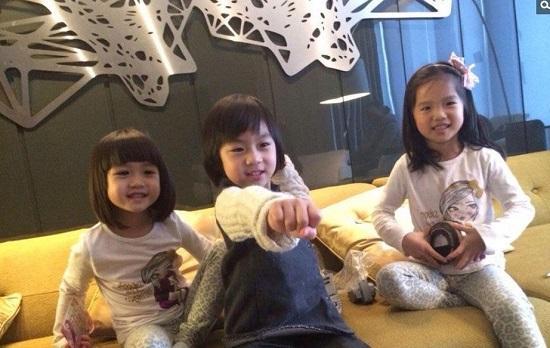 kimi与钟丽缇两女儿玩耍 网友:又在泡妞了