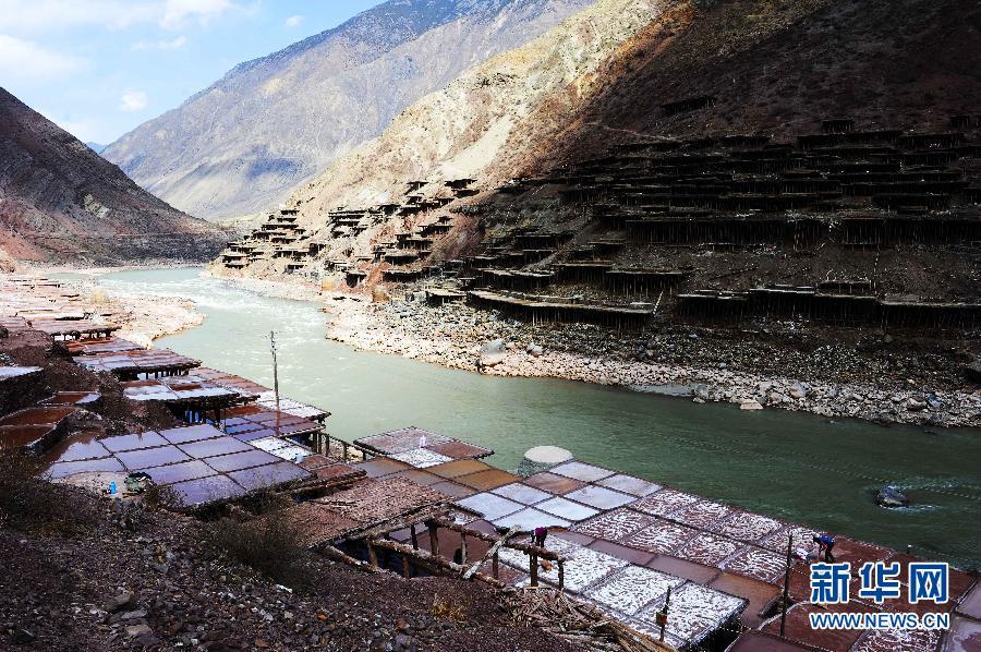 组图:传承千年的西藏古盐田