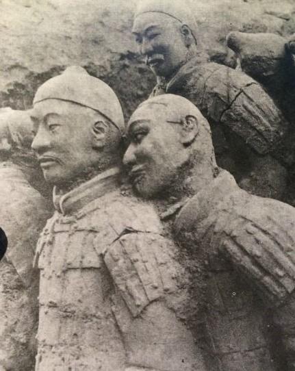 """秦陵兵马俑""""基情""""千年依偎 网友:这才是真爱"""