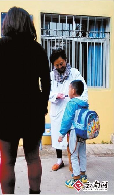 昆明一幼儿园晨检给孩子喷醋 教育局叫停该行为