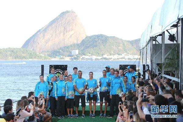 巴西世界杯志愿者制服发布 卡福贝莱蒂客串模特
