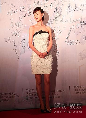 杨雪助阵柏林电影周 抹胸白裙配短发帅气逼人