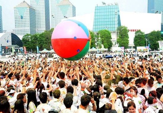 彩色跑广州开跑 万人洒粉狂欢快乐无限