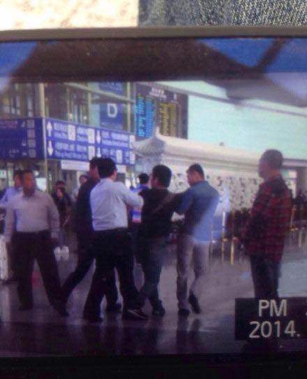 刘强东机场与记者起冲突 助手打伤记者毁相机