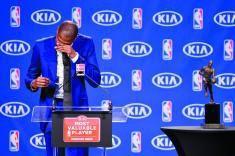 杜兰特当选常规赛MVP流泪:把奖项送给辛劳母亲
