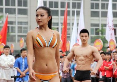 陕西大学生运动会开幕式 女生穿比基尼表演