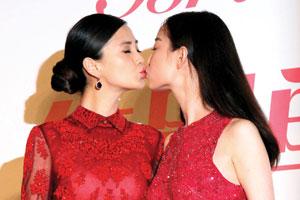倪妮杨颖主演电影《新娘大作战》开机 二人相吻宣传