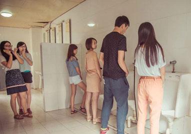 东莞大学生厕所拍毕业照