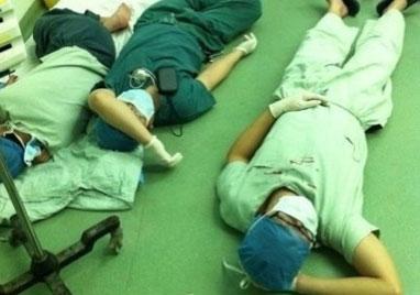 医生手术32小时累趴地上