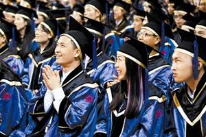 深大学生顺利毕业 校长鼓励学生自立自强