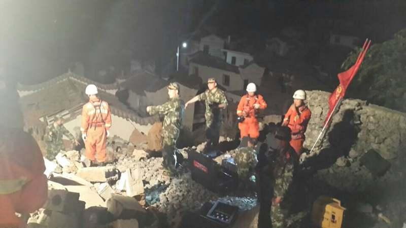 云南消防部队调集132车867人赶赴鲁甸地震灾区救援