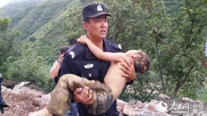 直击昭通鲁甸6.5级地震灾区现场 警察抢救受伤儿童