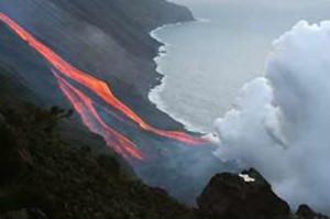 意大利活跃火山成景点 游客欣赏美景忘危险